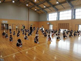 教室での授業や,体育館での朝会では,スペースを大きくとって,行っています。